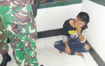 Didi (19) warga Kecamatan Sukamara, Kabupaten Sukamara, saat diamankan di Makodim 1014/Pbn. Ia ditangkap karena mencuri dua buah jam dari pedagang jam di Pasar Indra Kencana.