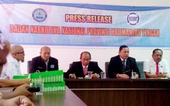 Kombes Pol Sumirat Dwiyanto (dua kanan) menyampaikan keberhasilannya selama empat bulan bertugas di Kalteng, Kamis (16/2/2017).