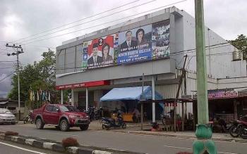 Lokasi depan sekretariat tim pemenangan Erat di Jalan Pelita Raya, Buntok, Kabupaten Barito Selatan, dibangun tenda sebagai pos keamanan.