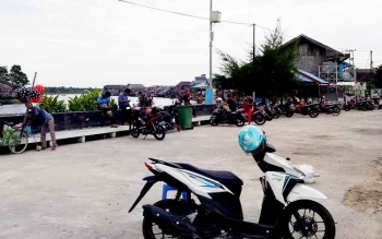 Sejumlah sepeda motor diparkir di Pelabuhan Speedboat kawasan Pasar Inpres Sukamara.