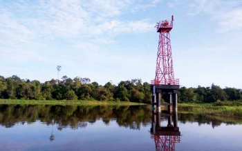 Menara suar yang dipasang Kesyahbandaran untuk membantu arah bagi kapal yang masuk alur Sungai Jelai.