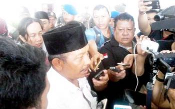 Anggota DPRD Katingan Karyadi saat memberikan keterangan pers kepada awak media di kantor DPRD setempat, Kamis (16/2/2017).