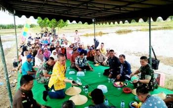 Kodim 1014 Pangkalan Bun bersama para petani di Desa Tanjung Trantang, Kamis (16/2/2017).