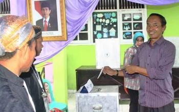 Bambang Purwanto saat menggunakan hak pilihnya dalam Pilkada Kobar 2017, di TPS kompleks Beringin Rindang, Rabu (15/2/2017)