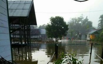 Suasana perkmapungan di Desa Lubuk Hiju yang terkena banjir akibat luapan air Sungai Menthobi.
