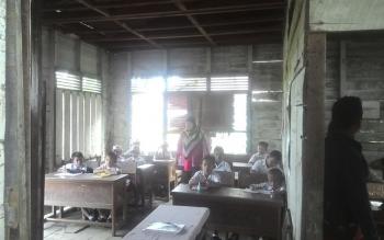 Rumah dinas guru terpaksa digunakan untuk belajar mengajar. Ini terdapat di SDN 3 Sei Lunuk, Kapuas.