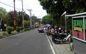 Tampak kendaraan orang tua yang menjemput anaknya di salah satu Taman Kanak-Kanak di Jalan Letjen Suprapto, Palangka Raya memakan separuh badan jalan, Jumat (17/2/2017).