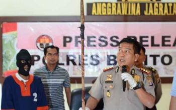 Kapolres Barito Utara AKBP Roy H M Sihombing saat memperlihatkan tombak yang dipakai oleh tersangkan Syhadat untuk menghabisi nyawa Surya.