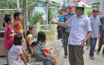 Bupati Mura, Perdie M Yoseph saat menyapa anak-anak saat kunjungannya ke desa, beberapa