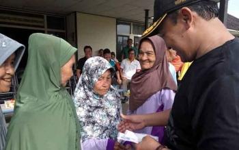 Bupati Pulang Pisau, Edy Pratowo saat memberikan bantuan berupa santunan kepada warga kurang mampu
