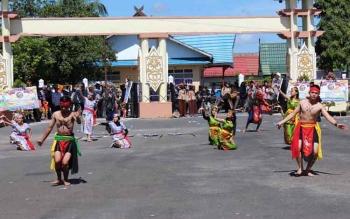 Para remaja menampilkan tarian tradisional pada kegiatan yang dilaksanakan Pemkab Pulang Pisau