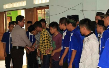 Kapolres Seruyan, AKBP Syahbudin Nasution menyalami sejumlah anak yatim dan yatim piatu, di Panti Asuhan Mas Kacil Kuala Pembuang, Jumat (17/2/2017) sore,