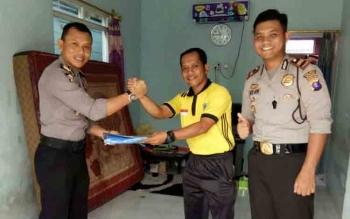 Kabag Ops Polres Seruyan AKP Masharsono (kiri) bersama Kasat Binmas Iptu I Gede Arya Dharmika (kanan), saat menyambangi rumah kediaman tokoh pemuda Seruyan, Ridwan (tengah) di Kuala Pembuang, Sabtu (18/2/2017).