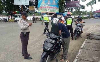 Aparat kepolisian melakukan razia kendaraan bermotor di Buntok. Sabtu (10/2/2017).