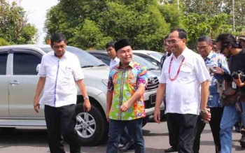 Gubernur Kalteng Sugianto saat menyambut kunjungan singkat Menhub RI di Bandara Tjilik Riwut Palangka Raya beberapa waktu lalu.