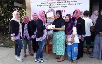 Ketua IPEMI Murung Raya, Nofriani menyerahkan bantuan kepada korban kebakaran di Kelurahan Puruk Cahu Seberang, Sabtu (18/2/2017).