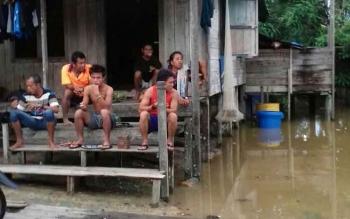 Warga di Desa Batu Ampar, Kecamatan Menthobi Raya, Kabupaten Lamandau, yang beberapa hari terakhir sejumlah wilayahnya banjir.