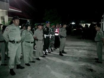 Satpol PP Kota Palangka Raya, bersama anggota TNI, Polri, dan Denpom menggelar apel sebelum mengakan razia di tempat hiburan malam, Sabtu (18/2/2017).