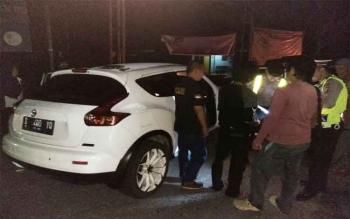 Sejumlah anggota polisi berpakaian dinas dan preman dari Polres Seruyan saat menggeledah barang bawaan penumpang pada jalur perbatasan Kuala Pembuang - Sampit.