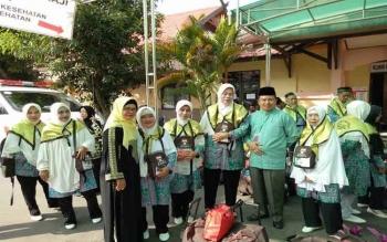 Kasi Haji Kemenang Kotim Rabiatul Adawyah (kiri) bersama Kepala Kemenag Kotim Samsudin (kanan) saat mengantarkan calon jemaah haji asal Kabupaten Kotim, beberapa waktu lalu.
