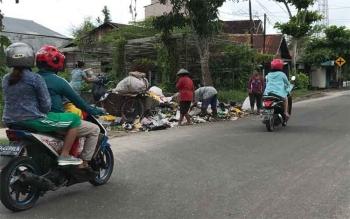Sampah yang berceceran di TPS Jalan Suprapto Sampit, Kotawaringin Timur, menimbulkan aroma menyengat.