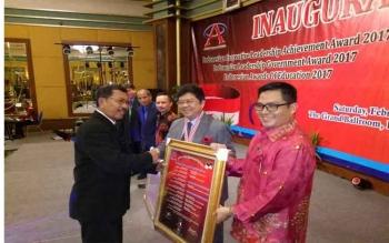 Wakil Bupati Gunung Mas Terima Penghargaan Indonesian Leadership Government Award 2017
