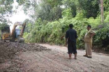 Perbakan jalan yang dilakukan Dinas PUPR Barito Utara terhadap jalan kecamatan Teweh Selatan.