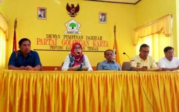 Ketua Dewan Kehormatan DPD Golkar Kalteng H Abdul Razak (tengah).