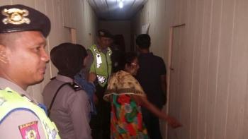 Sejumlah anggota Polres Kotim menyisir kamar di Lokalisasi KM 12, Sampit, Sabtu (18/2/2017).