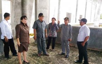 Anggota DPRD Gunung Mas ketika meninjau bangunan Cristian Center.