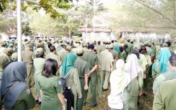 Ratusan Pegawai Pemkab Lamandau mengikuti apel gabungan di Pelataran Kantor Dinas LHK, Senin (20/2/2017) pagi ini.
