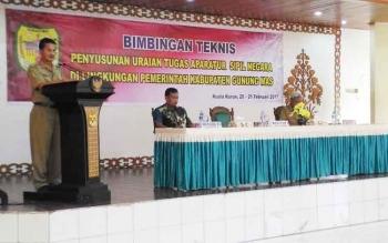 Asisten I Setda Gunung Mas, Ambo Jabar, menyampaikan sambutan pada Bimtek uraian tugas ASN, Senin (20/2/2017).