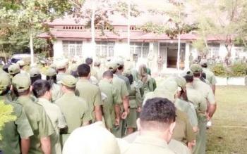 Ratusan pegawai Pemkab Lamandau mengikuti apel gabungan di Kantor Dinas LHK, Senin (20/2/2017) pagi.