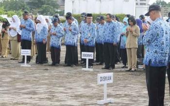 Sejumlah ASN di lingkungan Pemkab Seruyan mengikuti kegiatan upacara Hari Kesadaran Nasional, Senin (20/2/2017). Saat ini tingkat kepercayaan terhadap ASN semakin berkurang.