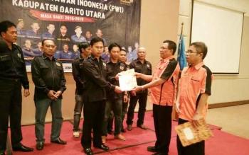 Sekretaris Jenderal PWI Pusat Hendry Ch Bangun didampingi Ketua PWI Kalteng Sutransyah menyerahkan SK pengukuhan pengurus PWI Kabupaten Barito Utara masa bakti 2016-2019, Senin (20/2/2017).