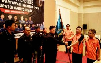 Sekretaris Jendral PWI Pusat Hendry Ch Bangun didampingi Ketua PWI Kalteng menyerahkan Pataka PWI kepada Ketua PWI Barito Utara Roby Cahyadi.