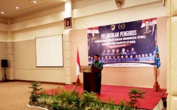 Plt Kepala Dinas Komunikasi Informatika dan Persandian Kabupaten Barito Utara Iman Topik menyampaikan sambutan pada pelantikan pengurus PWI Barito Utara di Palangka Raya, Senin (20/2/2017).