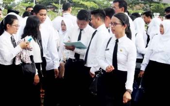 Sejumlah calon pegawai negeri sipil berkumpul sebelum mengikuti kegiatan pengambilan sumpah dan janji jabatan sebagai pegawai negeri sipil di lingkungan Pemkab Seruyan, Senin (20/2/2017)