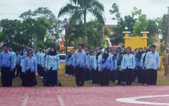 Aparatur Sipil Negara (ASN) saat mengikuti upacara di halaman Kantor Bupati Sukamara, beberapa waktu lalu.