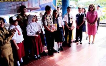Direktur Polisi Perairan Polda Kalteng Kombes Pol Badarudin dan Kepala Dinas Pendidikan Kotim Suparmadi berbincang dengan pelajar, Senin (20/2/2017).