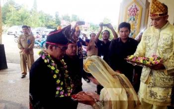 Bupati Murung Raya Perdie M Yoseph dan Wakil Bupati Darmaji disambut dengan tradisi Suku Banjar saat menghadiri pelantikan Pengurus Kerukunan Keluarga Banjar di GPU Tita Tangka Balang, Senin (20/2/2017).
