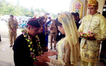 Penyambutan Bupati Murung Raya, Perdie M Yoseph saat kegiatan pelantikan Kerukunan Keluarga Banjar di GPU Tira Tangka Balang, Senin (20/2).