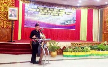 Bupati Mura Perdie M Yoseph saat menyampaikan sambutan usai pelantikan Pengurus Kerukunan Keluarga Banjar di GPU Tita Tangka Balang, Senin (20/2/2017).