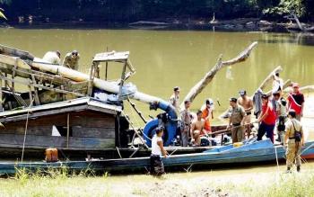 Satpol PP saat mengamankan pekerja tambang dan ponton aktivitas PETI di sungai di Lamandau, beberapa waktu lalu.