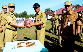Bupati Kapuas Ben Brahim S Bahat menyerahkan bantuan olahraga ke SMAN 1 Kapuas Murung, Senin (20/2/2017).