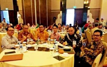 Sekda Lamandau, Arifin LP. Umbing (batik hitam) bersama sejumlah peserta lainnya saat mengikuti Bimtek Sistem Informasi Keungan Desa, di Palangka Raya, Senin (20/2/2017).