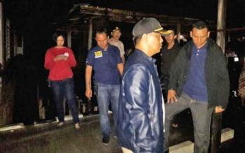 Kapolres Palangka Raya AKBP Lili Warli mengecek lokasi yang terbakar, Selasa (21/2/2017)
