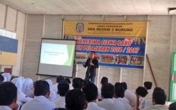 Lukmanul Hakim saat memberikan pengarahan kepada pelajar SMAN 2 Murung, Selasa (21/2/2017)