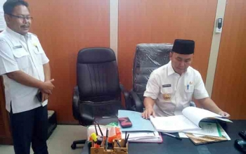Sekretaris Disdik Kalteng Gazali Rahman saat di ruangannya menerima kedatangn Sidak Gubernur Sigianto beberapa waktu lalu.