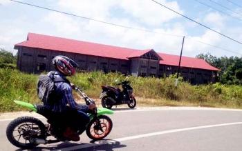 Banguan balai pengujian kendaraan bermotor yang berada di samping Jalan Jenderal Sudirman Seberang.